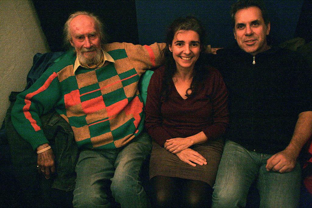 Colin Wilkie, Biber Herrmann und Anja Sachs nebeneinander auf einer Couch hinter der Bühne der Maximal Kulturinitiative Rodgau