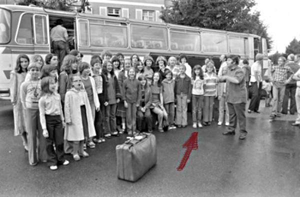 Badner Kinderchor, u.a. mit Anja Sachs, aufgereiht vor einem alten Bus kurz vor der Abfahrt zu einer Konzerttournee durch England