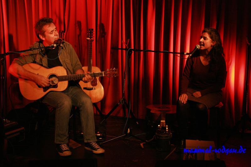 Biber Herrmann mit Gitarre und Anja Sachs live als Duo singend auf der Bühne der Kulturinitiative Maximal Rodgau