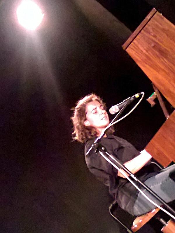 Liedermacherin Anja Sachs live am Klavier auf der Lieder-Bühne des 'Zimmer 16' in Berlin