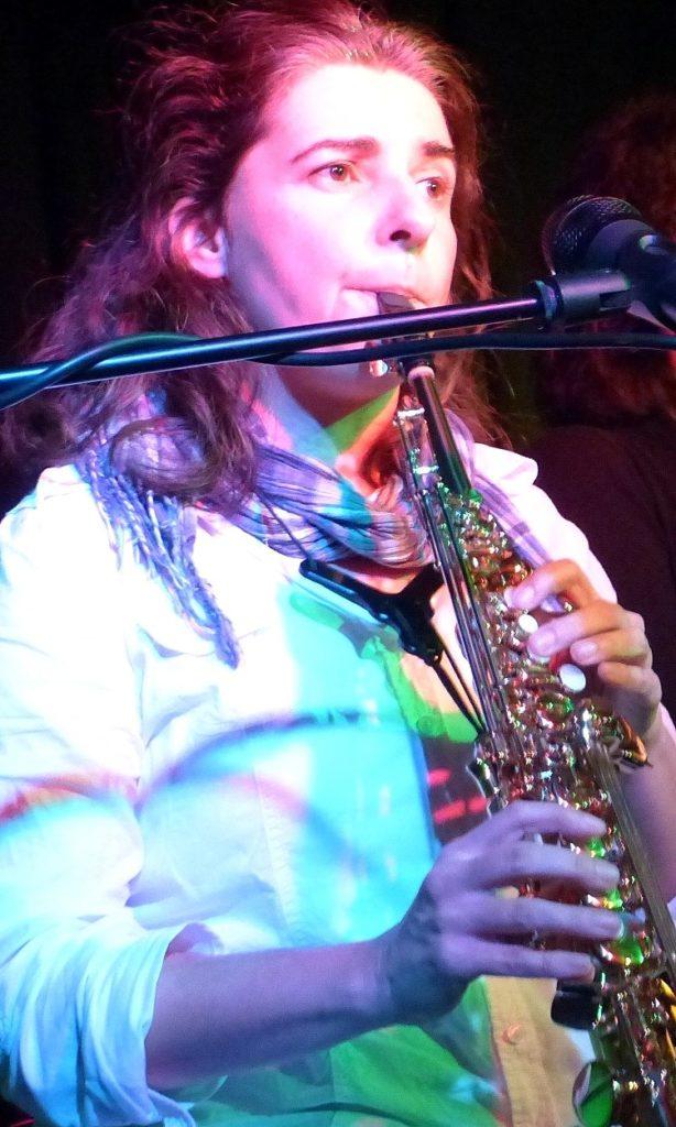 Liedermacherin Anja Sachs mit Sopran-Saxophon