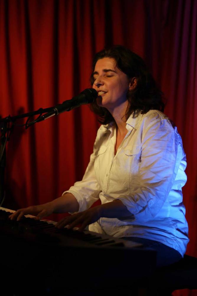 Liedermacherin Anja Sachs live am Keyboard auf der Bühne der Maximal Kulturinitiative Rodgau