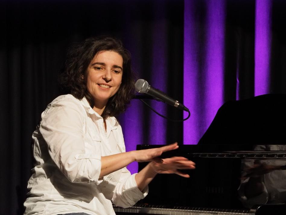 Liedermacherin Anja Sachs am Flügel beim 'Kultursalon' im Theater Sapperlot