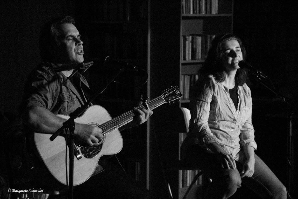 """Biber Herrmann mit Gtarre und Anja Sachs als Duo auf Hockern nebeneinander beim Singen in der """"Majik Lounge"""", Bad Kreuznach (sw)"""