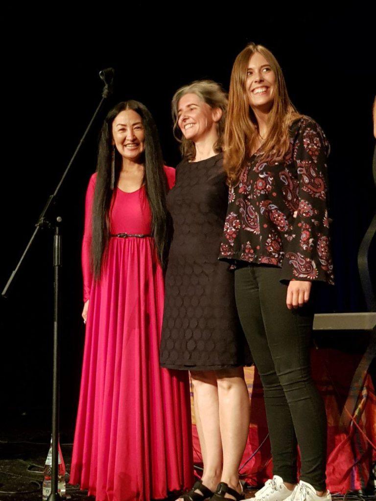 Enkhtuya Jambaldorj, Anja Sachs und Lea Willms stehend nebeneinander