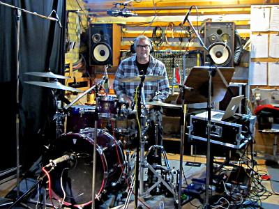 Wolfgang Stamm am Schlagzeug in einem Studioraum