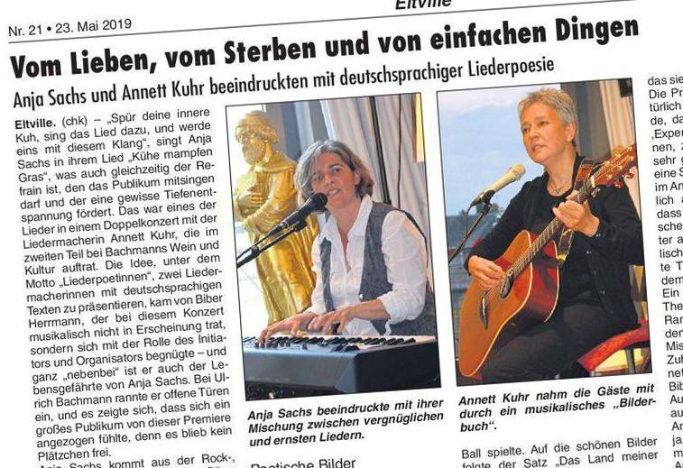 Zeitungsausschnitt mit zwei Fotos der beiden Liedermacherinnen Annett Kuhr an der Gitarre und Anja Sachs am Keyboard