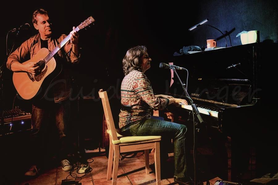 Biber Herrmann stehend an der Gitarre neben Anja Sachs am Klavier