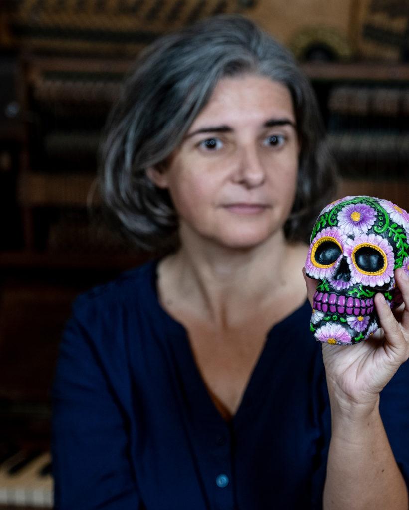 Anja Sachs mit einem bunt bemalten Schädel in der Hand