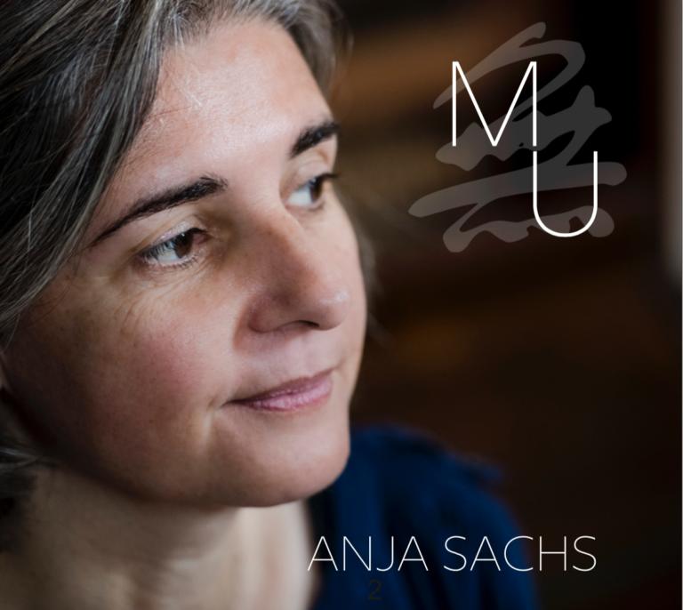 """Cover des Albums """"Mu"""" von Anja Sachs, zeigt Portrait der Liedermacherin und den Text """"Mu"""", unterlegt mit dem japanischen Schriftzeichen"""