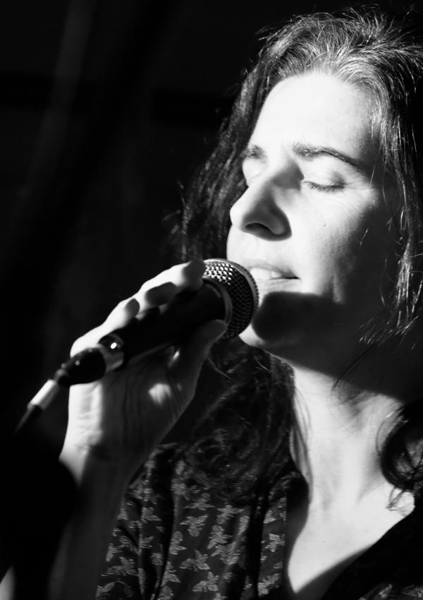 Anja Sachs als Sängerin im Salon in Eltville, 2018